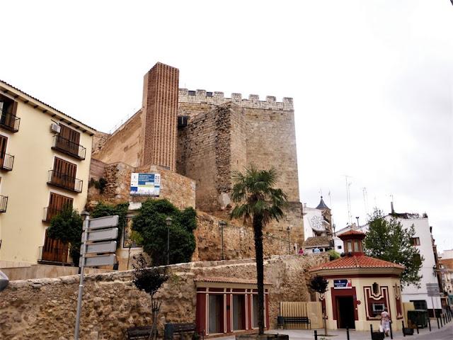 Requena: plaza y torre del homenaje