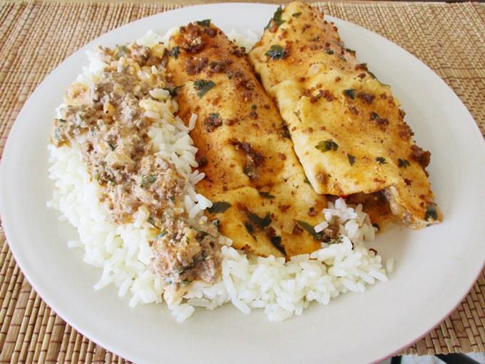 τορτίγιες με κιμά και ρύζι στο πιάτο