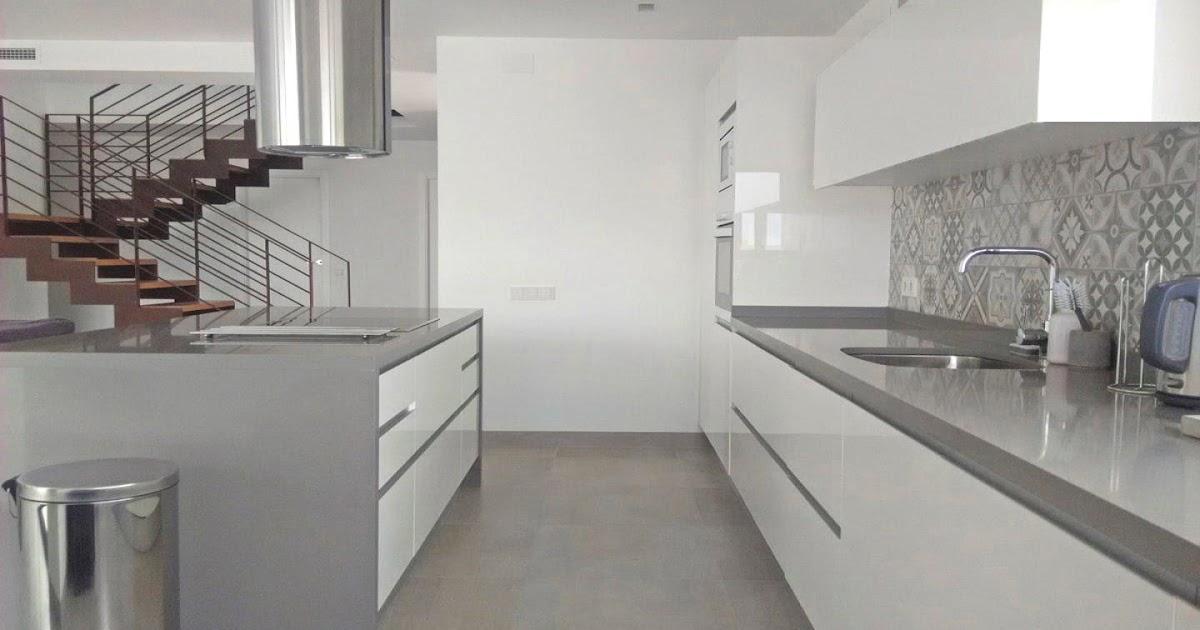 Una pared de azulejos elemento clave para decorar la - Azulejos cocina blanco brillo ...