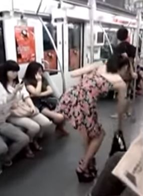 Woman Changed Her Clothes Inside The Train Which Shocked The Netizens! MUST WATCH!