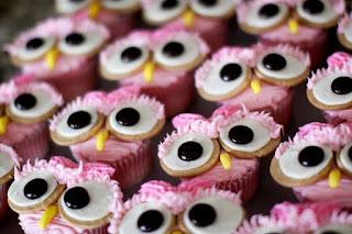 Idei prajituri cupcakes decorate in forma de bufnita roz