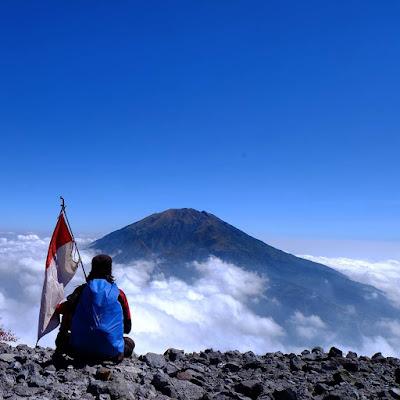 foto view gunung merbabu dari gunung merapi