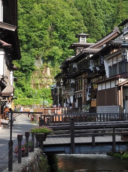 銀山温泉は、山形県 尾花沢市の温泉です。 16世紀に付近で銀鉱が発見された後、 17世紀に銀山川で温泉が発見されたそうです。