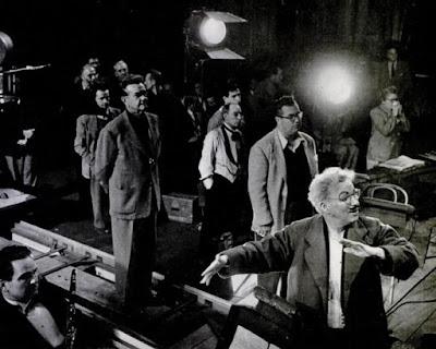 """Чаплин репетирует с танцорами балетную сцену из """"Огней рампы"""""""