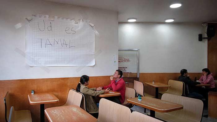 Alexandra Arciniegas NORMA (Ud es tamal) 2017 Impresión sobre vinilo 170 x 126 cm. Obra exhibida en la panadería Santa María durante el corto circuito 1 de El Vitrinazo en el barrio La Macarena.
