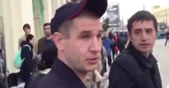 policiais russos quase prendem robô em comício