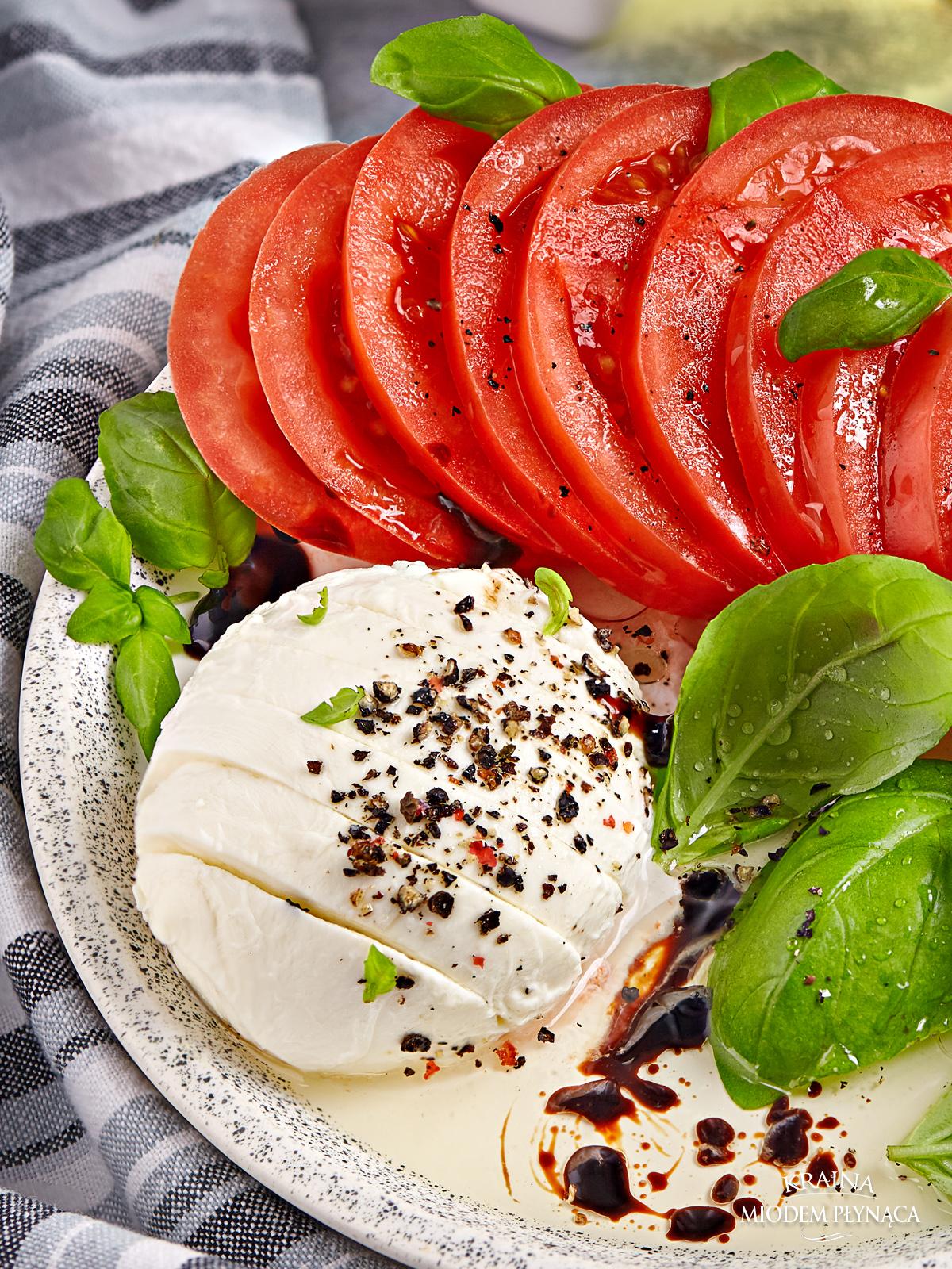 sałatka caprese, włoska sałatka, sałatka z mozzarellą, sałatka z pomidorami, sałatka z bazylią, sałatka na imprezę, sałatka do obiadu, kraina miodem płynąca