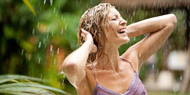 Manfaat Hujan-hujanan, Wanita Sulit Hamil dan Yang Sedang Stress Wajib Baca!
