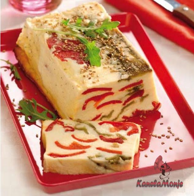pastel de queso con pimientos de colores