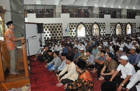 Gubernur Irwan Prayitno Jadi Khatib Jumat di Masjid Raya Sumbar