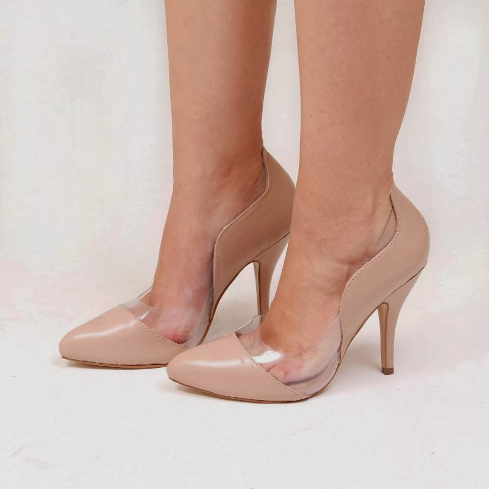 Vestido cor de acerola super combina com sapato nude