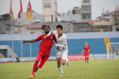 Cầu thủ Đinh Tiến Thành đang thi đấu hết sức mình