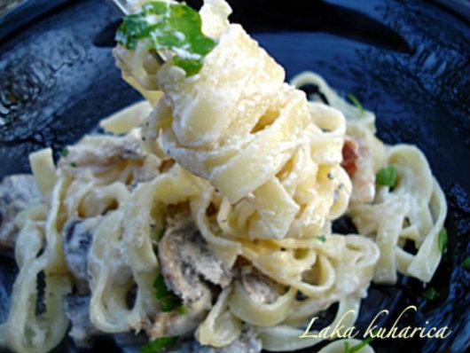 Laka kuharica: Fettuccine Alfredo. Delicious fettuccine pasta in a classic rich and creamy Alfredo sauce.