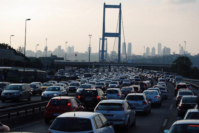 le trafic est dense à l'abord du pont du Bosphore