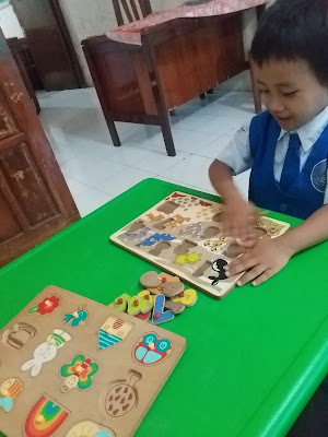 kegiatan-merangsang-anak-speech-delay-berbicara-dengan-puzzel