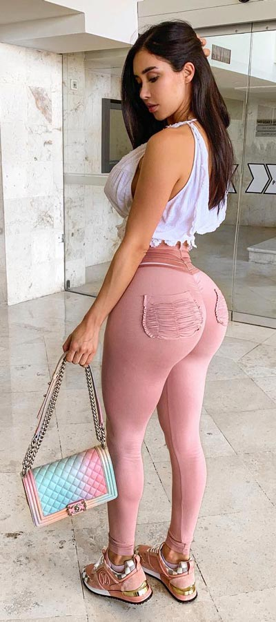 Spring is here! Need spring outfit inspiration? Check out these 29 Chic Spring Outfits That Look Effortlessly Sexy and Cool. Spring Jeans   Spring Fashion + Spring Wear via higiggle.com #fashion #spring #style #chic