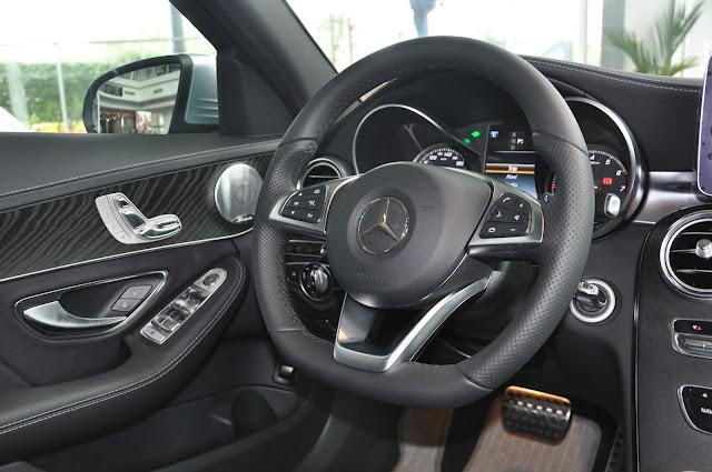 Mercedes C300 AMG sử dụng Vô lăng 3 chấu bọc Da Nappa