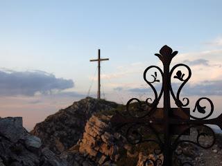 Die Berge geben und die Berge nehmen: Während das hintere Kreuz den Gipfelerfolg symbolisiert, erinnert das vordere an einen abgestürzten Bergsteiger