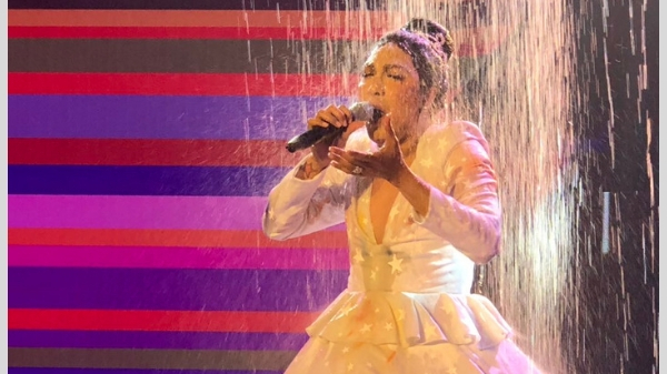 Vice Ganda drenches in a shower of water to a superb Magpasikat performance