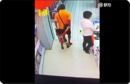 PAI CAI EM CIMA DO FILHO E CRIANÇA MORRE NA CHINA. AS IMAGENS SÃO FORTES