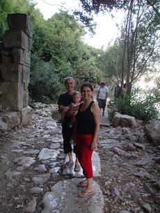 Antalya Olimpos tarihi kenti içinde yürüken