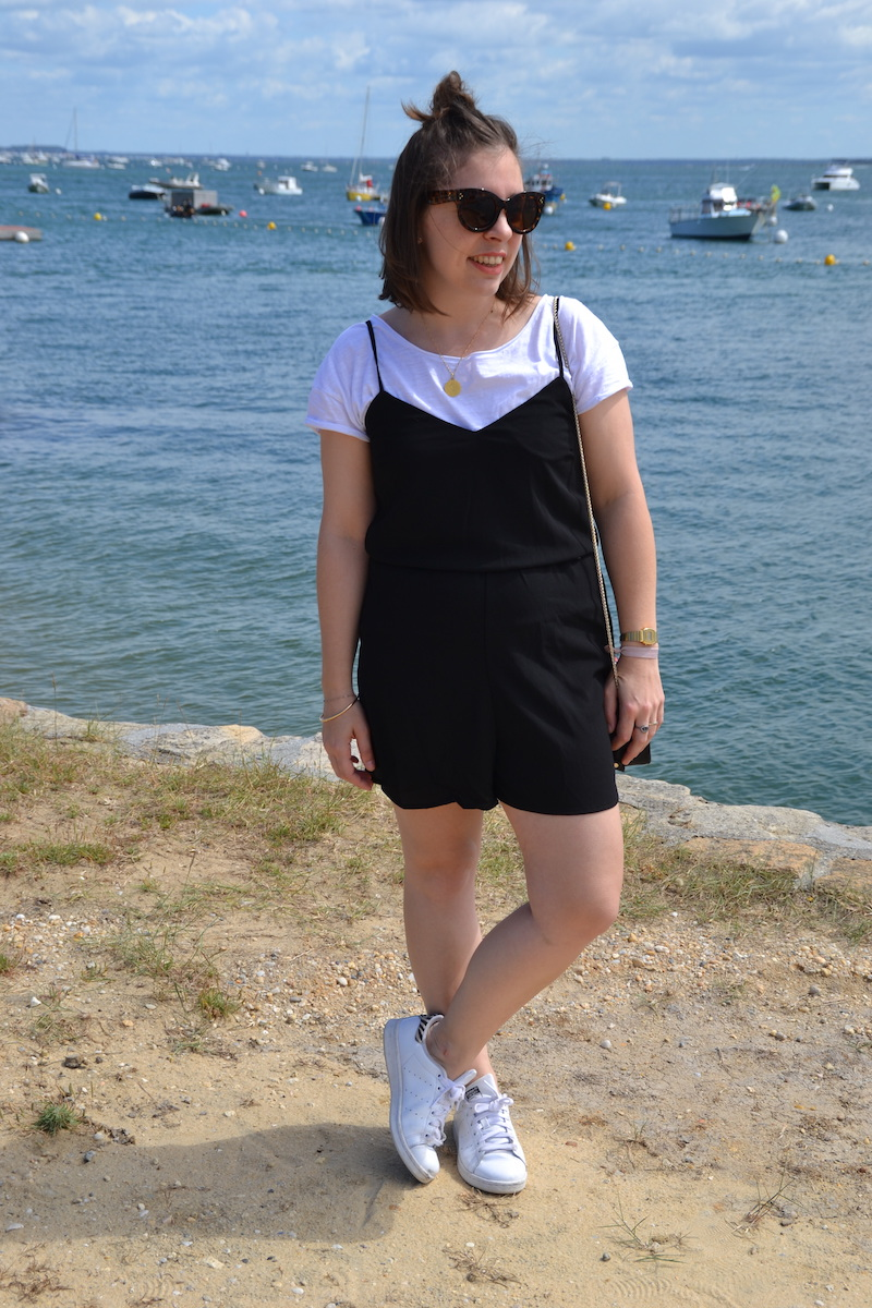 combinaison short noir Stradivarius, t-shirt blanc, stan smith, lunette aliexpress