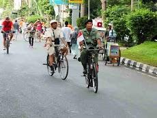 Pesepeda Berpakaian Tradisional Unik Di Bogor