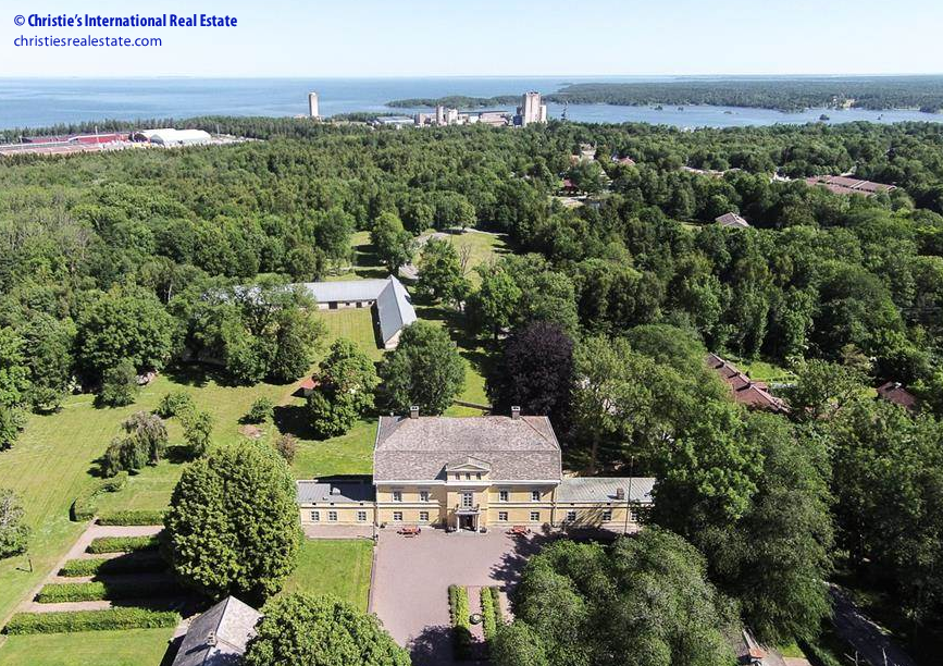 The Hönsäter mansion provides a stately presence near the spectacular Vänern lake