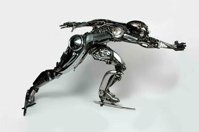 persona hecha con metal reciclado