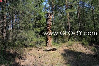 Деревянная статуя из ''Шляха Коласа''. Русалки с аистами
