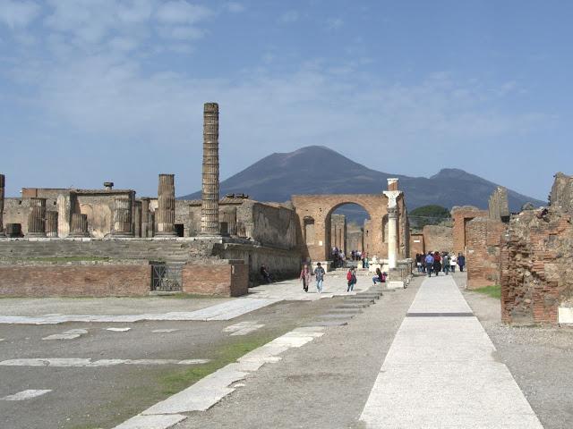 Wezuwiusz a Pompeje, widok na Forum