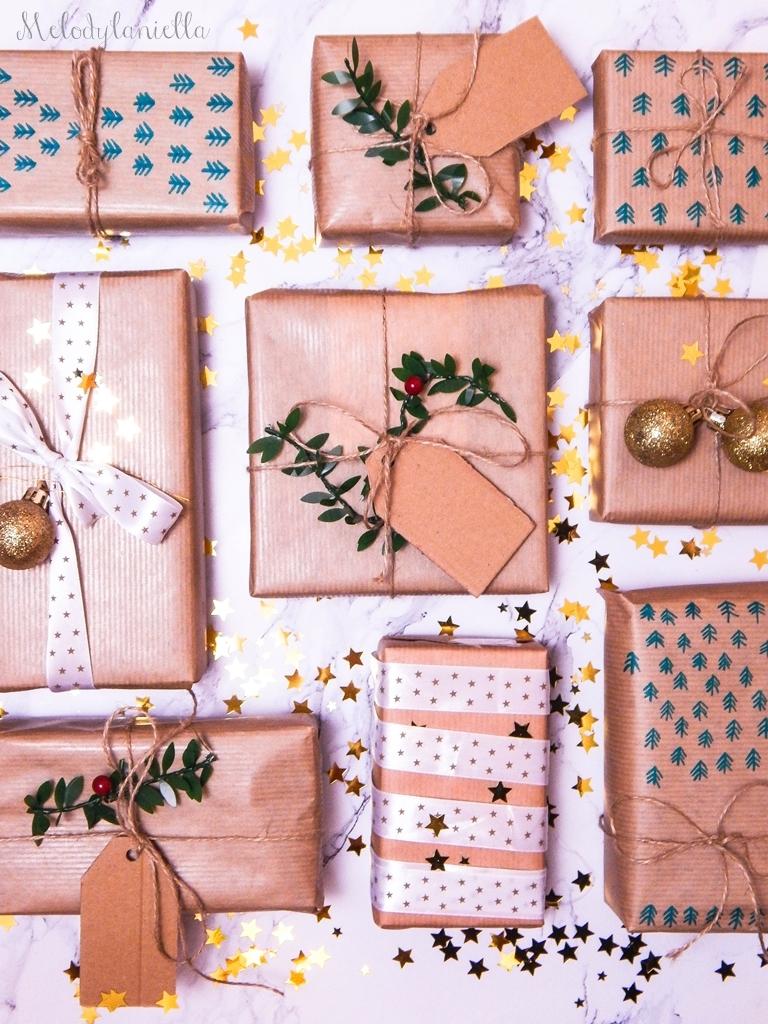 10 jak zapakować prezenty świąteczne w papier pakowy pomysły na pakowanie prezentów jak zapakować pudełko w papier jak ozdobić papier pakowy przy pakowaniu prezentów wstążki bombki złoto gałązki pakowy pap