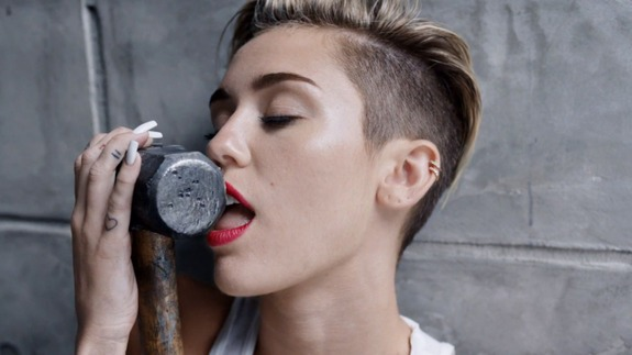 Lirik Lagu Wrecking Ball MILEY CYRUS