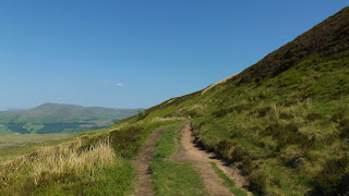 A kitaposott út a hegyekben Skóciában