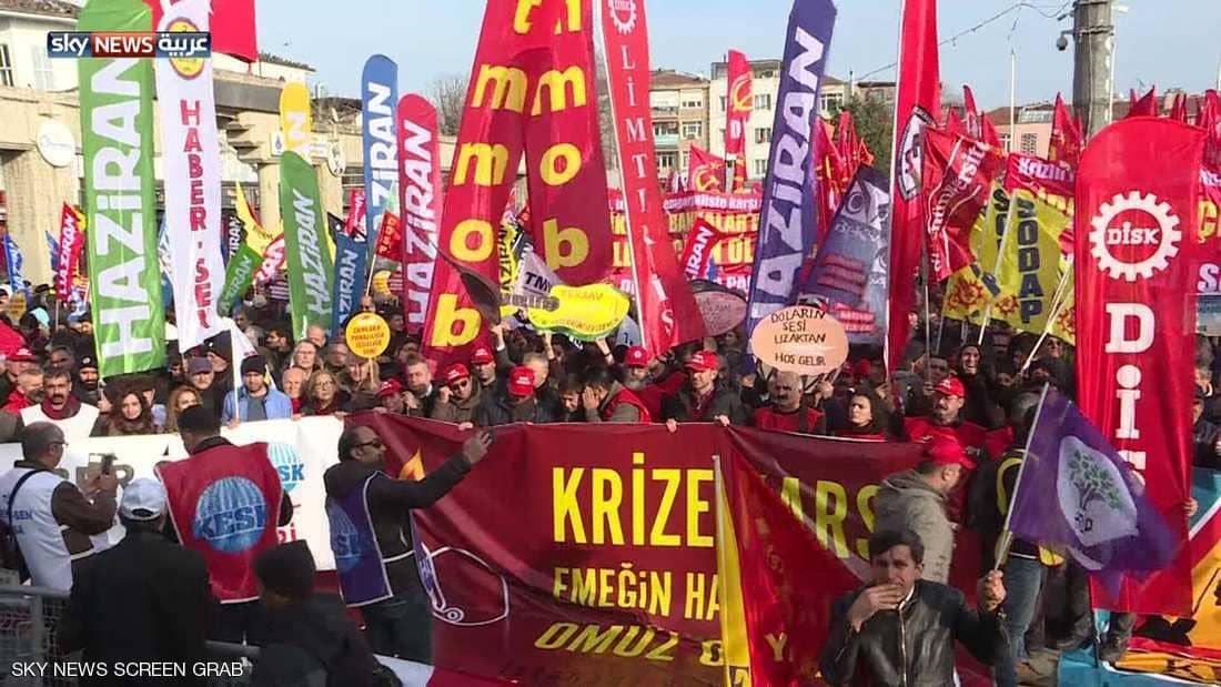غلاء المعيشة وتدهور الأوضاع الاجتماعية يدفع آلاف الأتراك للاحتجاج في الشوارع