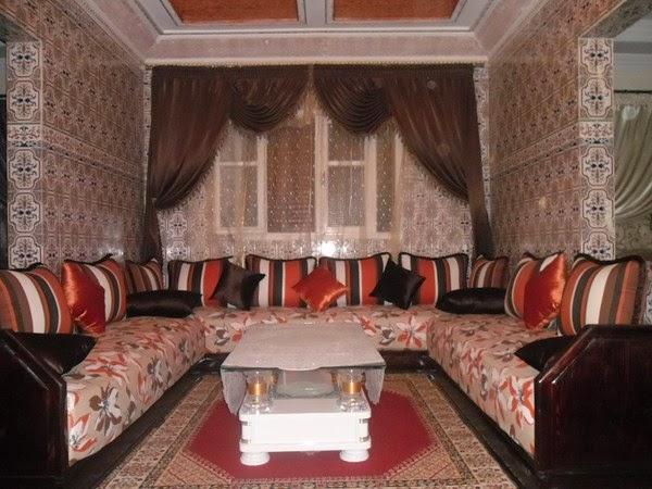 salon marocaine moderne salons marocains andalousie banquettes en bois. Black Bedroom Furniture Sets. Home Design Ideas