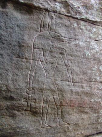 Una representación de Anubis en Gosford, Australia. ¿Se revela una conexión entre el antiguo Egipto y Australia?