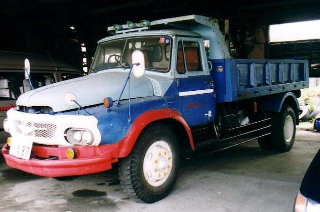 gambar mitsubishi truk tua yang khas
