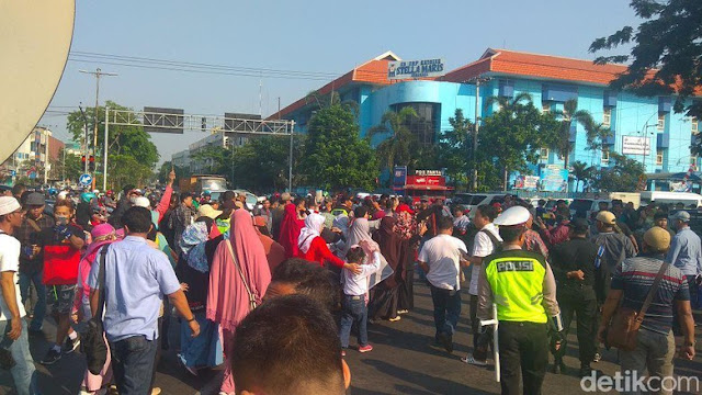 Polisi Bubarkan Massa Deklarasi #2019GantiPresiden di Surabaya
