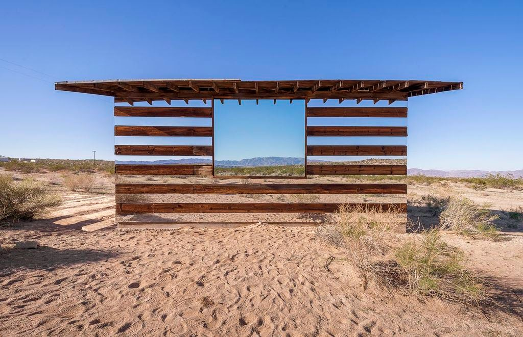 … and the result reflects the desert surroundings.- This Is What Happens When You Put Rows of Mirrors on a Shack in the Desert