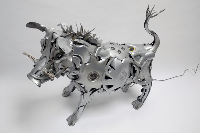 13-Wild-Boar-Ptolemy-Elrington-Hubcap-Creatures-and-other-Car-Parts-Animal-Sculptures-www-designstack-co