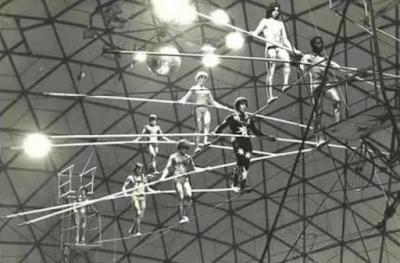 muchachos en el alambre del circo de bemposta