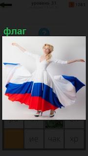 девушка одела платье с цветами флага России