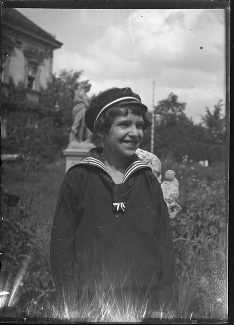 Ein Kind im Park - vielleicht im Arboretum Zürich - um 1910-1920