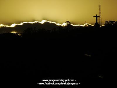 O Morro do Cabelo Branco e seu cristo de braços abertos faz parte do cenário da cidade de Caieiras (foto). No vídeo publicado anteriormente é possível ver tanto o morro quanto a estátua só que filmados a partir de um dos mirantes do Pico do Papagaio/Pico do Jaraguá  (12 quilômetros de distância).