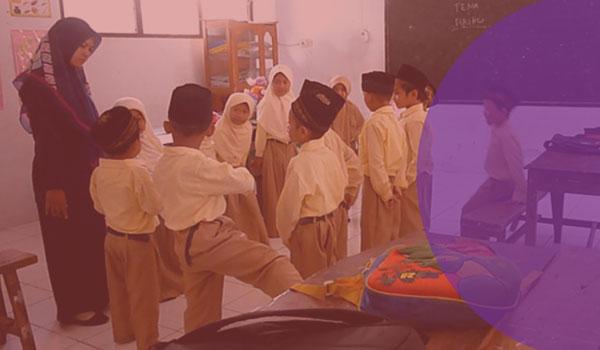 Mengajar sebagai Proses Menyampaikan Materi Pelajaran dan Mengatur Lingkungan