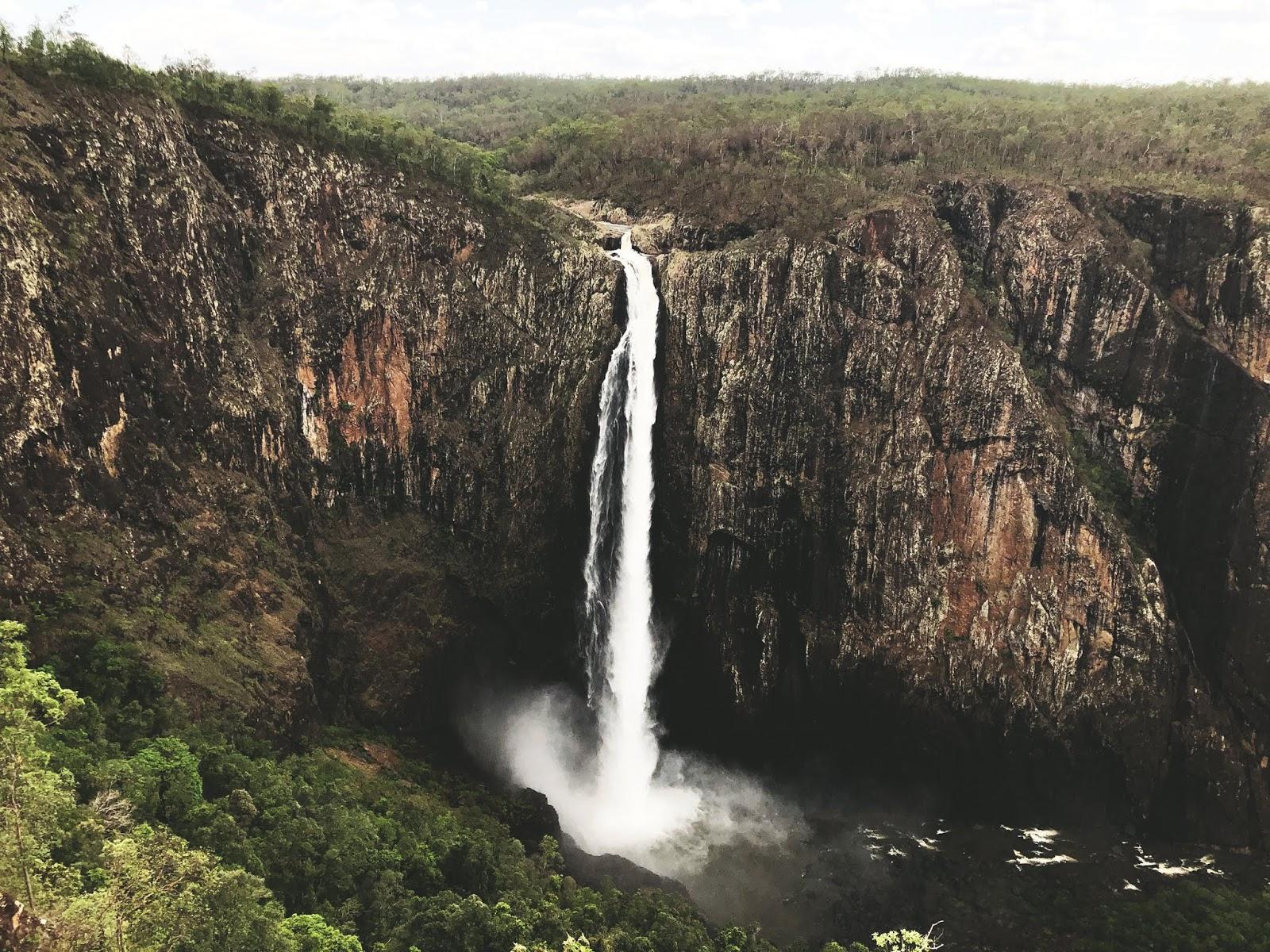 Wodospad Wallaman Falls z góry. Wysoki wodospad spadnie z wysokiej skarpy, na której rośnie las deszczowy