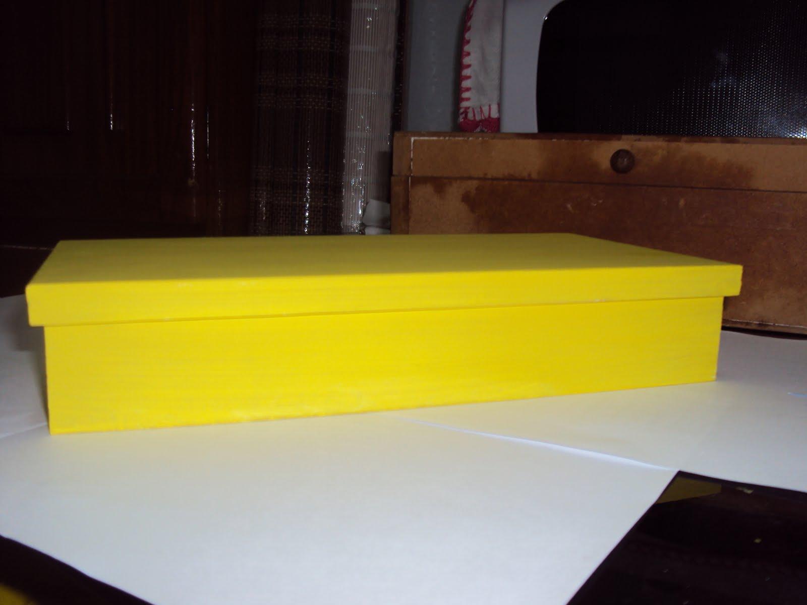 Usei uma caixinha de MDF comprada nestas lojas populares. Passei uma demão  de tinta branca para a base (só esqueci de fotografar este passo). 49764544ef0
