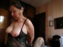 Abuela Caliente Montando como Perra