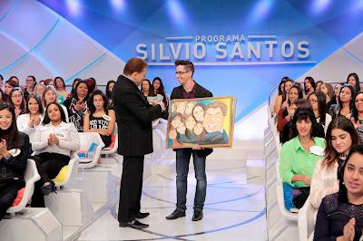Silvio Santos recebe quadro de artista Cleverton - Crédito: Lourival Ribeiro/SBT